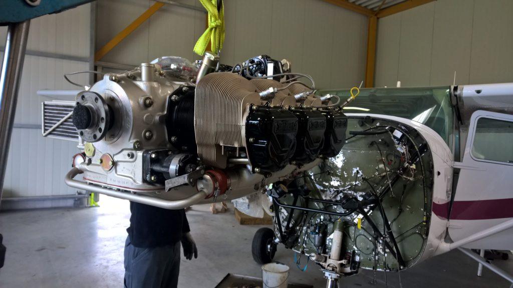 Millimeterarbeit - der Motor wird am Rumpf angebracht.